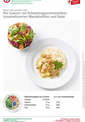 Riz Casimir mit Schweinsgeschnetzeltem, karamellisierten Mandelstiften und Salat